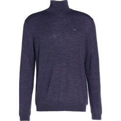 Calvin Klein SPIKE ROLLNECK Sweter gradino. Pomarańczowe kardigany męskie marki Calvin Klein, l, z bawełny, z okrągłym kołnierzem. W wyprzedaży za 359,20 zł.