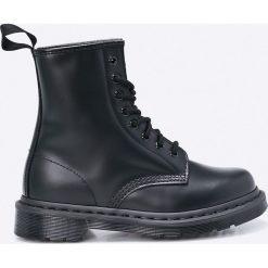 Dr Martens - Botki. Czarne buty zimowe damskie Dr. Martens, z materiału, z okrągłym noskiem, na obcasie, na sznurówki. W wyprzedaży za 599,90 zł.
