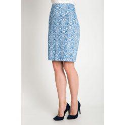 Błękitna żakardowa spódnica QUIOSQUE. Niebieskie spódnice wieczorowe QUIOSQUE, z tkaniny, kopertowe. W wyprzedaży za 49,99 zł.