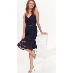 SUKIENKA NA CIENKICH RAMIĄCZKACH Z ELEGANCKIEJ KORONKI. Szare sukienki balowe marki Top Secret, na lato, w koronkowe wzory, z koronki, na ramiączkach. Za 119,99 zł.