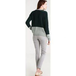 Swetry klasyczne damskie: KIOMI Sweter green/ dark green