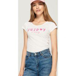 Piątkowy t-shirt - Biały. Czerwone t-shirty damskie marki Sinsay, l, z nadrukiem. Za 9,99 zł.