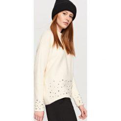Sweter z biżuteryjną ozdobą - Kremowy. Białe swetry klasyczne damskie marki Reserved, l. Za 89,99 zł.