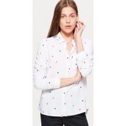 Klasyczna koszula z nadrukiem - Kremowy. Białe koszule damskie marki Cropp, l, z nadrukiem, klasyczne, z klasycznym kołnierzykiem. Za 49,99 zł.