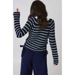 Rut&Circle Sweter ze sznurowaniem Idun - Blue,Multicolor. Niebieskie swetry klasyczne damskie Rut&Circle, z dzianiny, ze sznurowanym dekoltem. Za 121,95 zł.