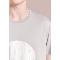 Folk MESA TEE Tshirt z nadrukiem soft grey/silver metallic. Szare koszulki polo Folk, l, z nadrukiem, z bawełny. Za 349,00 zł.