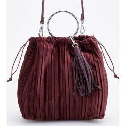 Welurowa torebka typu worek - Bordowy. Czerwone torebki worki Reserved, z weluru. Za 99,99 zł.