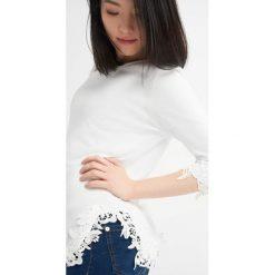 Odzież damska: Sweter wykończony koronką