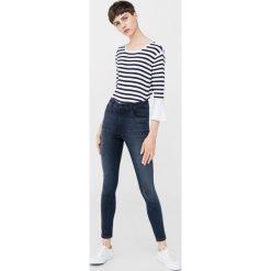 Mango - Jeansy Soho1. Niebieskie jeansy damskie rurki Mango, z podwyższonym stanem. W wyprzedaży za 99,90 zł.