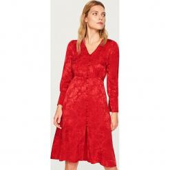Sukienka w żakardowy wzór - Czerwony. Białe sukienki marki Reserved, l, z dzianiny. Za 119,99 zł.