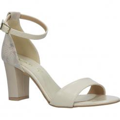 Beżowe sandały z paskiem wokół kostki na słupku Casu 3093. Czerwone sandały damskie na słupku marki Melissa, z kauczuku. Za 89,99 zł.