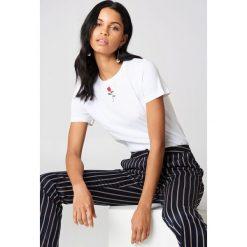 NA-KD T-shirt z haftowaną różą - White. Białe t-shirty damskie NA-KD, z haftami, z bawełny, z klasycznym kołnierzykiem. Za 60,95 zł.