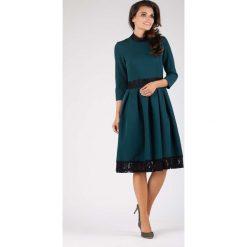 Zielona Wizytowa Rozkloszowana Sukienka z Koronką. Zielone sukienki balowe marki Molly.pl, na imprezę, l, w koronkowe wzory, z koronki, z klasycznym kołnierzykiem, midi, dopasowane. W wyprzedaży za 134,76 zł.
