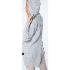 Sweter z warkoczowym wiązaniem jasnoszary MISC004. Szare swetry rozpinane damskie Fasardi. Za 129,00 zł.