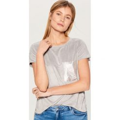 Koszulka z brokatową kieszonką - Jasny szar. Brązowe t-shirty damskie marki Mohito, m. Za 59,99 zł.
