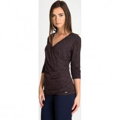 Granatowa bluzka z kopertowym dekoltem QUIOSQUE. Czarne bluzki wizytowe marki QUIOSQUE, s, w grochy, z dzianiny, biznesowe, z kopertowym dekoltem. W wyprzedaży za 59,99 zł.
