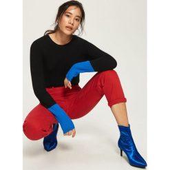 Sweter z kontrastowymi mankietami - Czarny. Czarne swetry klasyczne damskie marki Sinsay, l, z kontrastowym kołnierzykiem. W wyprzedaży za 19,99 zł.