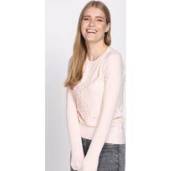 Jasnoróżowy Sweter Pearly. Czerwone swetry klasyczne damskie Born2be, na jesień, l. Za 59,99 zł.