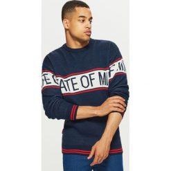Sweter z napisem - Granatowy. Niebieskie swetry klasyczne męskie marki Reserved, l. Za 99,99 zł.