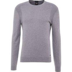 BOSS CASUAL KOSAWIROS Sweter light pastel grey. Szare swetry klasyczne męskie BOSS Casual, m, z bawełny. Za 499,00 zł.