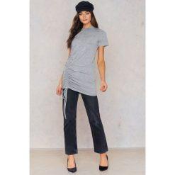 Boohoo Sukienka typu T-Shirt - Grey. Szare sukienki z falbanami marki Boohoo. W wyprzedaży za 24,29 zł.