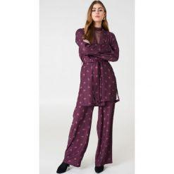 NA-KD Szerokie spodnie z wysokim stanem - Purple. Fioletowe spodnie z wysokim stanem NA-KD, z poliesteru. Za 202,95 zł.