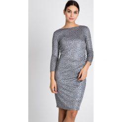 Szara sukienka w panterkę QUIOSQUE. Szare sukienki marki QUIOSQUE, na co dzień, uniwersalny, z motywem zwierzęcym, z dzianiny, z okrągłym kołnierzem, z długim rękawem, dopasowane. W wyprzedaży za 119,99 zł.