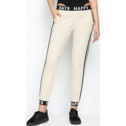 Beżowe Spodnie Dresowe Happy Days. Brązowe spodnie dresowe damskie Born2be, s, z nadrukiem, z dresówki. Za 69,99 zł.
