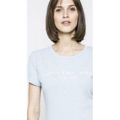 Calvin Klein Jeans - T-shirt. Szare t-shirty damskie marki Calvin Klein Jeans, l, z aplikacjami, z bawełny, z okrągłym kołnierzem. W wyprzedaży za 99,90 zł.