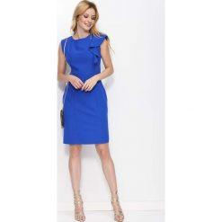 Chabrowa Sukienka Ołówkowa z Falbanką na Ramieniu. Niebieskie sukienki mini marki Molly.pl, do pracy, l, biznesowe, z dekoltem na plecach, z krótkim rękawem, dopasowane. W wyprzedaży za 101,43 zł.