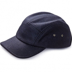 Czapka w kolorze granatowym z daszkiem. Niebieskie czapki męskie Vistula. W wyprzedaży za 79,95 zł.