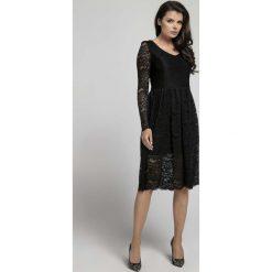Czarna Wizytowa Rozkloszowana Sukienka z Koronki. Czarne sukienki balowe Molly.pl, l, w koronkowe wzory, z koronki, dekolt w kształcie v, dopasowane. W wyprzedaży za 139,41 zł.