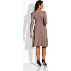 Elegancka rozkloszowana sukienka capucino MARISSA. Brązowe sukienki balowe marki Mohito, l, z kopertowym dekoltem, kopertowe. Za 69,00 zł.