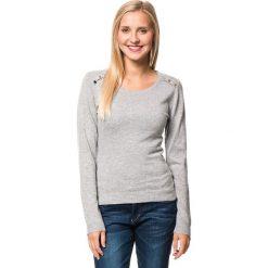 Sweter w kolorze jasnoszarym. Szare swetry klasyczne damskie marki William de Faye, z kaszmiru, z okrągłym kołnierzem. W wyprzedaży za 129,95 zł.