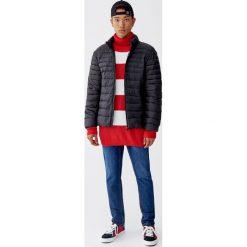 Lekka pikowana kurtka. Czarne kurtki męskie pikowane marki Pull&Bear, m. Za 109,00 zł.