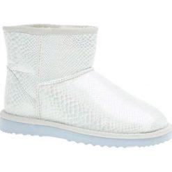 Botki w kolorze białosrebrnym. Białe buty zimowe damskie Carla Samuel, na zimę, ze skóry. W wyprzedaży za 189,95 zł.