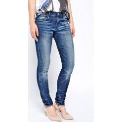 Wrangler - Jeansy Corynn Frozen Pond. Szare jeansy damskie rurki marki Wrangler, na co dzień, m, z nadrukiem, casualowe, z okrągłym kołnierzem, mini, proste. Za 349,90 zł.