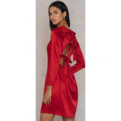 Długie sukienki: Qontrast X NA-KD Satynowa sukienka z wiązaniem na plecach - Red