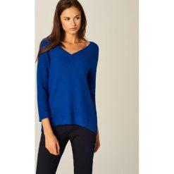 Sweter z dekoltem w szpic - Niebieski. Niebieskie swetry klasyczne damskie Mohito, l. Za 89,99 zł.