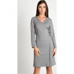 Szara sukienka z dekoltem V QUIOSQUE. Szare sukienki dzianinowe marki QUIOSQUE, do pracy, na zimę, s, biznesowe, z kopertowym dekoltem, kopertowe. W wyprzedaży za 159,99 zł.