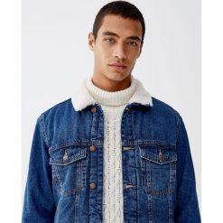 Kurtka jeansowa z kołnierzem ze sztucznego baranka. Szare kurtki męskie jeansowe Pull&Bear, m. Za 199,00 zł.