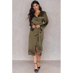 Długie sukienki: Hannalicious x NA-KD Kimonowa sukienka - Green