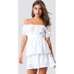 Iva Nikolina x NA-KD Koronkowa sukienka z odkrytymi ramionami - White. Czerwone sukienki koronkowe marki Mohito, l, z falbankami. Za 161,95 zł.