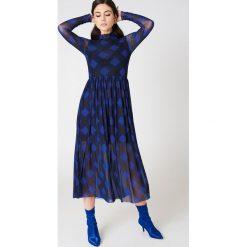 NA-KD Trend Siateczkowa sukienka midi z długim rękawem - Blue,Multicolor. Białe długie sukienki marki NA-KD Trend, w paski, z poliesteru, z klasycznym kołnierzykiem. W wyprzedaży za 135,80 zł.