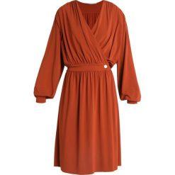 POSTYR POSKLOKKEBLOMST DRESS Sukienka letnia arabian spice. Brązowe sukienki letnie POSTYR, m, z acetatu. Za 689,00 zł.