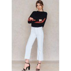 Spodnie damskie: NA-KD Trend Jeansy z surowym wykończeniem - White