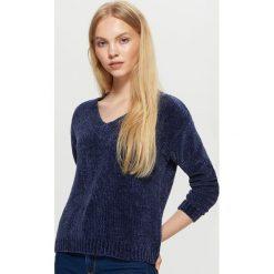 Szenilowy sweter z dekoltem - Granatowy. Niebieskie swetry klasyczne damskie marki Cropp, l. W wyprzedaży za 29,99 zł.