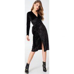 Sukienki hiszpanki: NA-KD Party Aksamitna kopertowa sukienka – Black