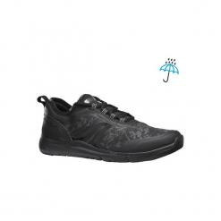 Buty damskie do szybkiego marszu PW 580 Waterproof w kolorze czarnym. Czarne buty do fitnessu damskie marki NEWFEEL, z gumy. Za 149,99 zł.