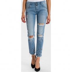 """Dżinsy """"Gwen"""" - Loose fit - w kolorze błękitnym. Niebieskie spodnie z wysokim stanem marki Cross Jeans, z aplikacjami. W wyprzedaży za 136,95 zł."""